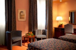 Chambre double classique à grand lit ou 2 lits simples avec petit déjeuner (2 personnes)