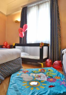 Kids Oriented World - Family Room (2 adults + 2 children)